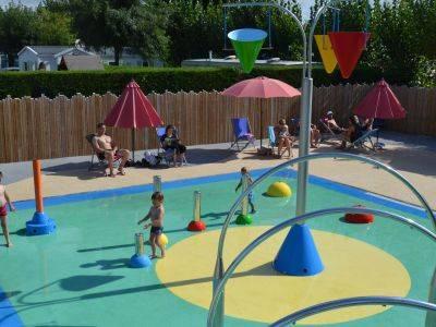 Des jeux d'eau dans l'espace aqualudique du camping en Vendée