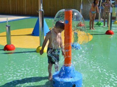 Accessoires de piscine dans l'espace aqualudique
