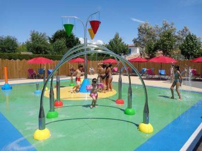 Jeux pour les enfants dans l'espace aqualudique de la piscine
