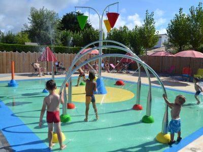 Les jeux aquatiques du camping pour les enfants