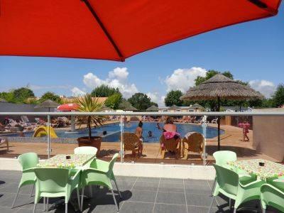 Terrasse et chaises longues au soleil vendéen