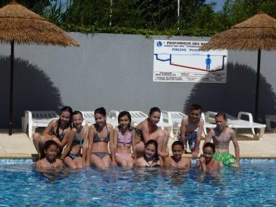 Groupe du camping, vacances au bord de la piscine