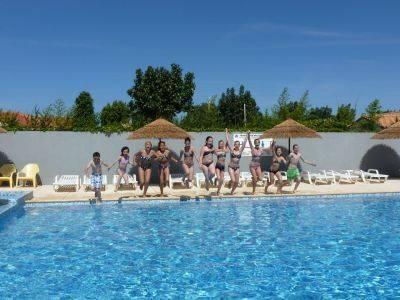 Eau bleue de la piscine aqualudique