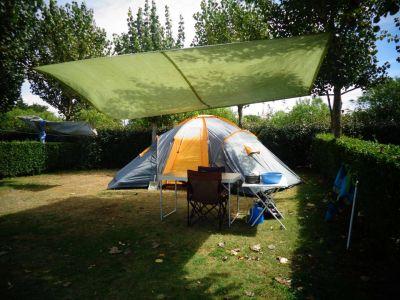 Un emplacement de camping en tente au beau milieu d'un terrain arboré
