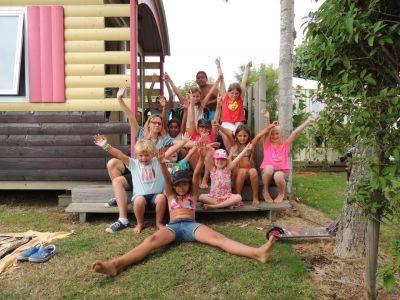 Groupe de jeunes vacanciers s'amusant au camping