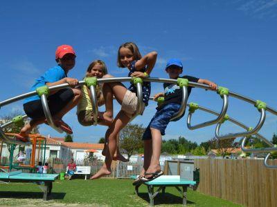 Parcours de jeux pour enfants au camping plein sud